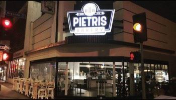 To νέο κατάστημα Pietris Bakery στο Λονγκ Μπιτς του Λος Άντζελες είναι γεγονός